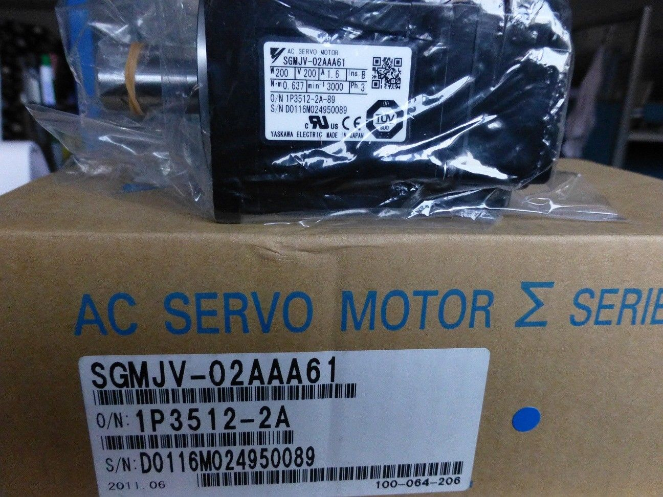 NEW YASKAWA SERVO MOTOR 200V 3PH 200W SGMJV-02AAA61 IN BOX